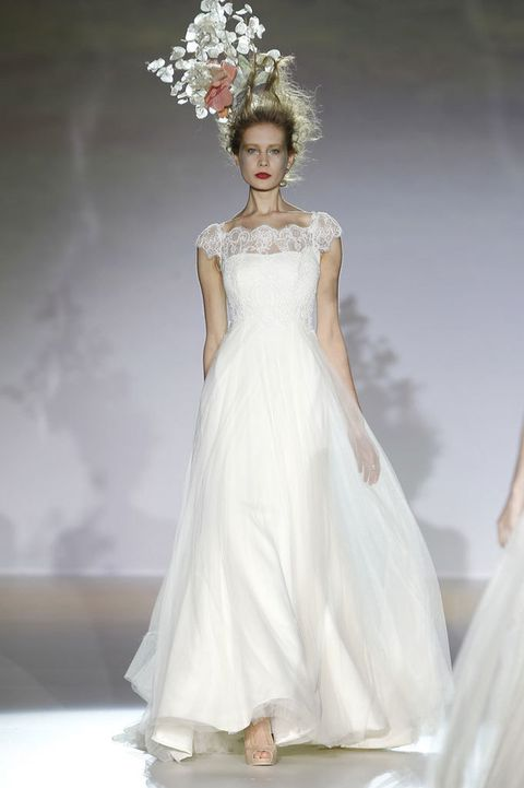 <p>Con encaje en la parte superior y caída ligera, este vestido tan femenino es de <strong>Raimon Bundo</strong>.</p>