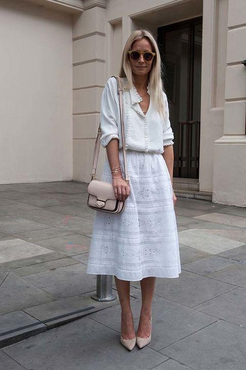 <p>Llegada la primavera, los looks monocromáticos con el blanco como protagonista cobran fuerza y vitalidad y la camisa blanca es básica. Inspírate con esta romántica propuesta con una blusa con formas relajadas y falda midi bordada.</p>