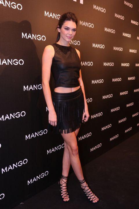 <p>La protagonista de la noche apostó por un 'total black look' con crop top, falda de flecos y sandalias con cordones.</p>