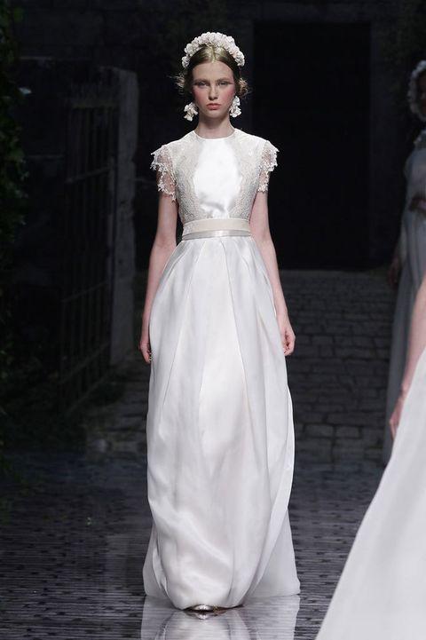 <p>Falda abullonada con encaje en la parte superior y fusión de colores blanco roto y champán. De<strong> Victorio &amp; Lucchino.</strong></p>