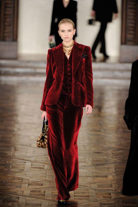 <p>Traje de terciopelo rojo pasión con chaleco de corte amplio y líneas clásicas.</p>