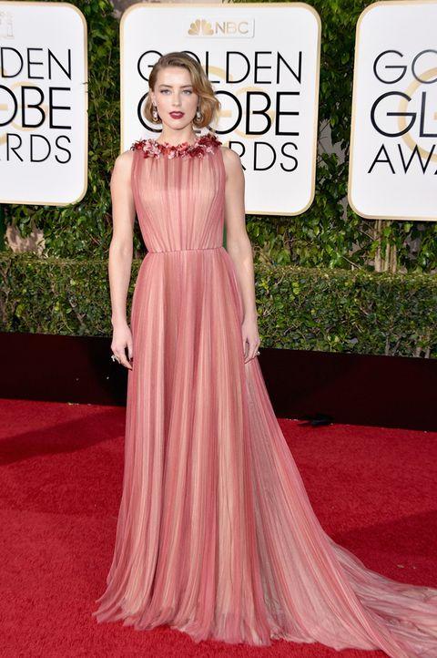 <p>Tardó en llegar a la alfombra roja, pero sin duda la espera mereció la pena.<strong> Amber Heard</strong>&nbsp&#x3B;se convirtió en la mejor de los Globos de Oro 2016 y de la semana con este vestido en rosa con detalles florales de color rojo en el cuello y falda con caída y algo de cola, de&nbsp&#x3B;<strong>Gucci</strong>.</p>