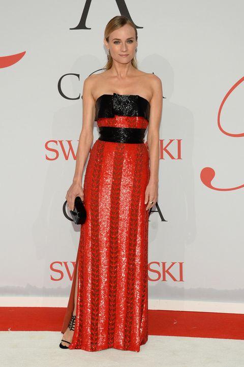 <p>Espectacular <strong>Diane Kruger</strong> de rojo y negro con un vestido palabra de honor con cristales de Swarovski y dibujos geométricos de<strong>Prabal Gurung</strong>, clutch negro de<strong> Edie Parker</strong> y sandalias del mismo color.</p><p></p>