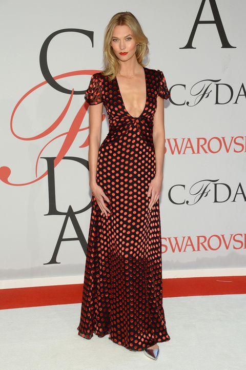 <p>La modelo <strong>Karlie Kloss</strong> eligió un llamativo vestid también en rojo y negro con estampado de topos de <strong>Diane von Fürstenberg</strong>. Le añadió unos salones plateados al look.</p><p></p>