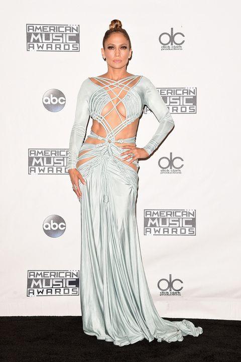 <p><strong>Jennifer Lopez</strong> fue la anfitriona de la gala y para posar en la alfombra roja eligió un vestido verde agua con numerosas aberturas de <strong>Charbel Zoe</strong>.</p>
