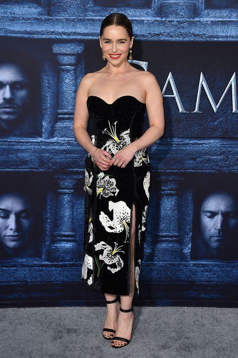 <p>La madre de los dragones, <strong>Emilia Clarke</strong>, con un vestido negro de escote corazón con estampado de flores de <strong>Erdem</strong> y sandalias al tobillo.</p>