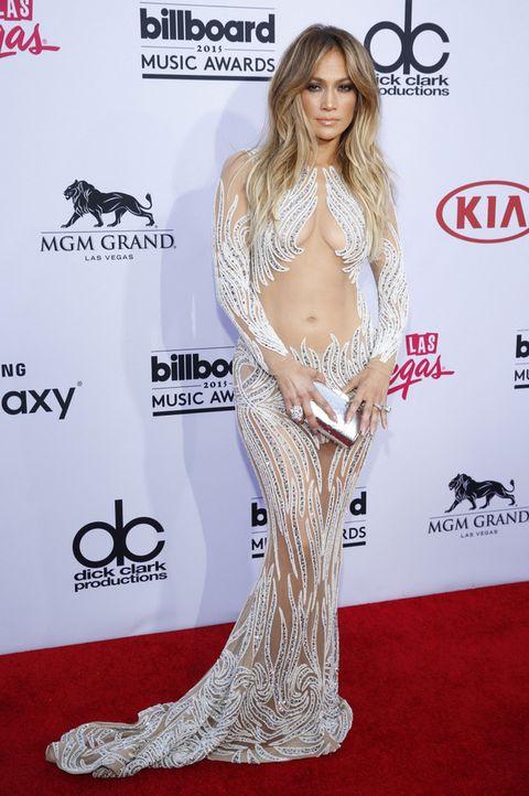<p><strong>Jennifer Lopez</strong> presumió de ombligo con un look muy habitual en ella, un ajustado vestido largo con paillettes y transparencias de <strong>Charbel Zoe</strong>.</p>