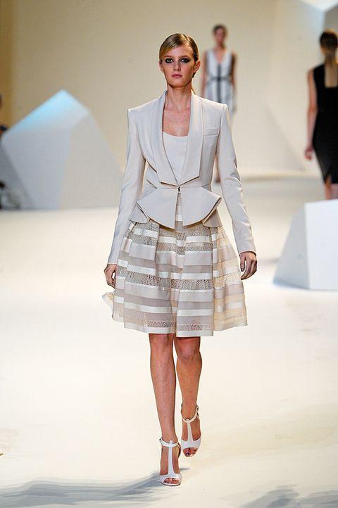 <p>Falda de rayas y chaqueta, de <strong>Elie Saab.</strong></p>