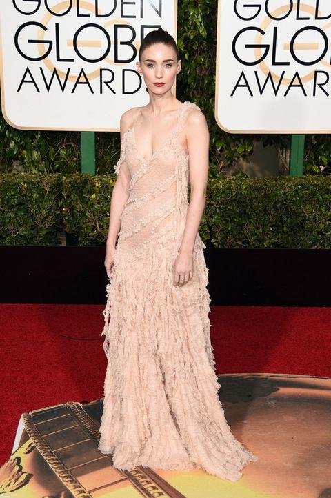<p>Espectacular (como siempre). Así fue su aparición en la alfombra roja de los Globos de Oro 2016 enfundada en un&nbsp;<strong>Alexander McQueen&nbsp;</strong>nude.</p>