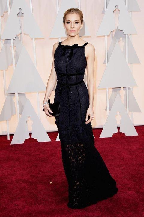 <p>Sencilla pero muy elegante <strong>Sienna Miller</strong> con un vestido en azul noche con falda bordada semitransparente y destalles de strass de <strong>Oscar de la Renta</strong>.</p>