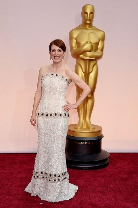 <p><strong>Julianne Moore</strong> sabía que tenía que hacer un gran aparición en esta alfombra roja y no nos decepcionó. La actriz estaba radiante con un vestido palabra de honor columna con cuentas en blanco y negro de<strong> Chanel Couture</strong>.</p>
