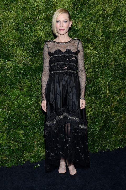 <p>En su fiesta homenaje <strong>Cate Blanchett</strong> optó por un 'total black look' con un vestido midi con detalles en plata.&nbsp;</p>