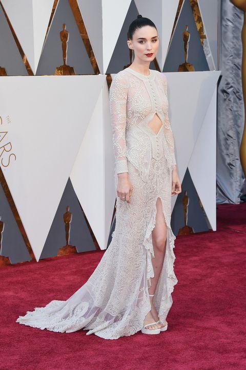 <p>Impoluta. Rooneybrilló en los Oscar 2016 con un diseño blanco roto bordado con aberturas de <strong>Givenchy</strong>.</p>