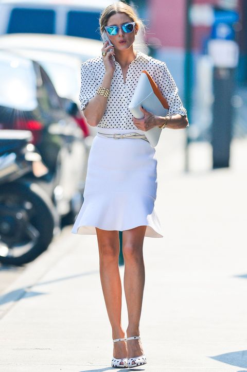 <p>La recién casada combina aquí una camisa blanca de topos negros con una falda corta tipo trompeta y sandalias y maxicartera en blanco. Un 'total look' en blanco que en cualquiera sería arriesgado, en ella queda perfecto.</p>