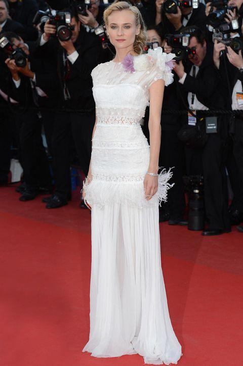 <p>Como olvidar este look de <strong>Diane Kruger</strong> en la edición de 2012 del Festival de Cine de Cannes con vestido blanco con detalles bordados, plumas de marabú, un ramillete de flores en blanco y lavanda sobre el hombro y falda de gasa con caída de <strong>Nina Ricci</strong>.</p>