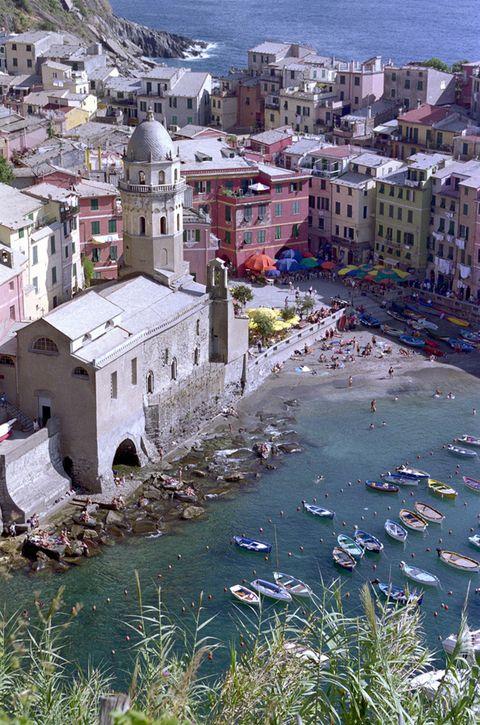 <p>La región de Liguria, al noroeste del país, posee algunos de los tramos de costa más espectaculares del Mediterráneo. Es el hogar de las llamadas <i>Cinque Terre</i>, cinco pueblos costeros cercanos entre sí en la provincia de La Spezia: Monterosso, Corniglia, Manarosa, Vernazza (en la foto) y Riomaggiore. Sus pintorescas edificaciones de colores se vuelcan al mar dando lugar a un paisaje de gran belleza que merece la pena disfrutar.</p>