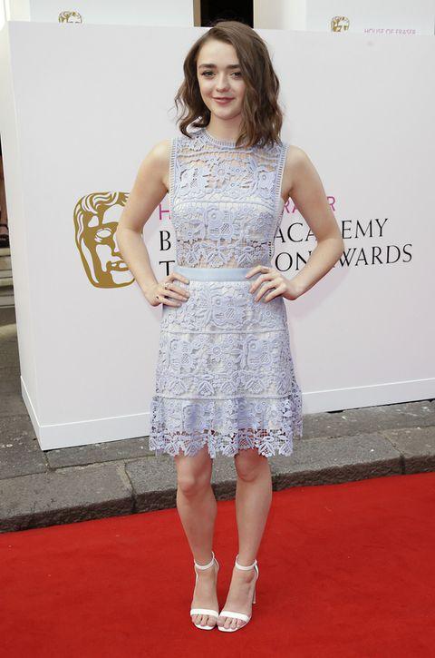 <p>Perfecto para una boda de día este minivestido de encaje en azul pastel de<strong> Self Portrait</strong> que la actriz<strong> Maisie Williams</strong> combina con sandalias blancas al tobillo de <strong>Asos</strong>.</p><p>&nbsp;</p>