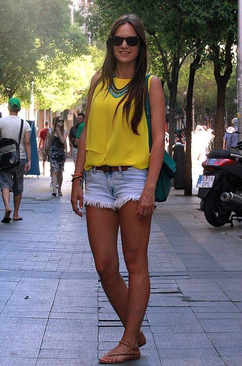 <p>Desireé se encuentra de compras en el centro de la capital. Hoy la vemos con unos shorts vaqueros deshilachados y un top amarillo energy, ambos de Zara.</p>