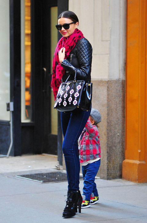 <p>Jeans ajustados, botines y pañuelo de color. La clásica perfecto es combinable con estilismos de calle, más casual hasta incluso de alfombra roja (con vestidos de noche, sí).</p><p><strong>Miranda Kerr</strong> apuesta por un conjunto de básicos y la 'biker' como toque rocker.&nbsp;</p>