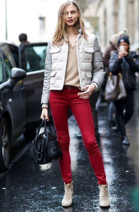 <p>Anna Selezneva luce como un ángel en París con este look de cazadora acolchada con bolsillos, jersey básico de pico en camel, pantalón skinny rojo y botas.</p>