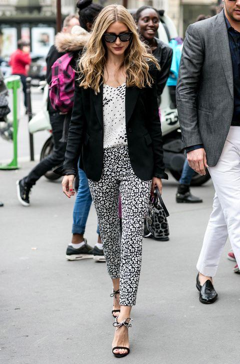 <p>El blanco y negro también es la gama de color elegida por la neoyorquina para llevar una 'blazer' negra; en este caso, con camiseta y pantalón de manchas y bolso de 'print' animal.</p>