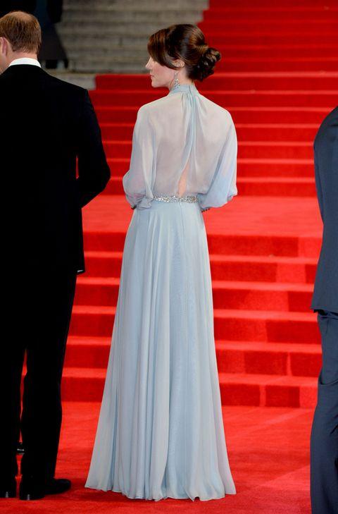 <p>Al darse la vuelta se podía apreciar mejor el sensual detalle posterior del vestido.&nbsp;</p>
