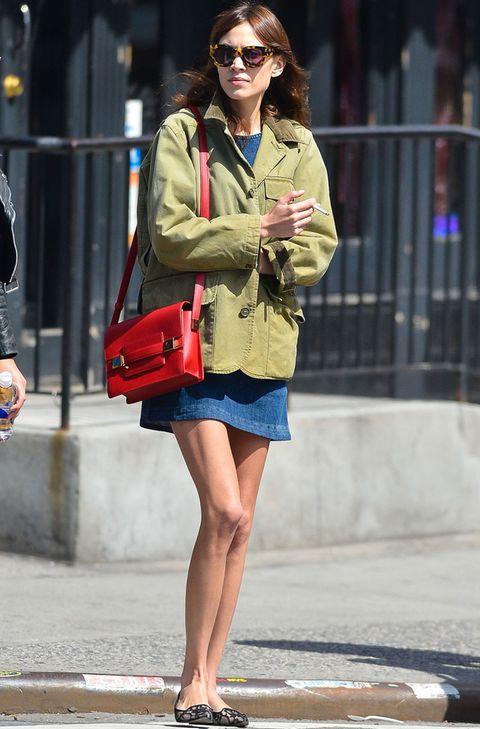 <p>La primavera también ha llegado para <strong>Alexa Chung</strong> que deja las medias en el armario y apuesta por un minivestido denim, parka, bailarinas de encaje y bolso rojo.</p>