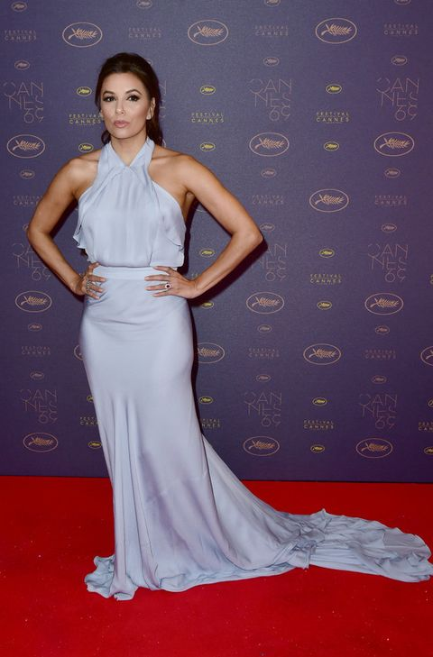 <p><strong>Eva Longoria</strong> eligió este vestido azul pastel de escote halter con cola para una de las fiestas dentro del festival.</p><p>&nbsp;</p>