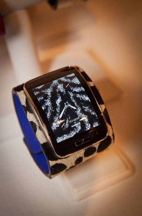 <p>La jornada del lunes ha querido poner en la palestra a los accesorios como protagonistas. Y como rey de reyes, el Gear S con las esferas y correas customizadas por los grandes creadores. Entre otros, la firma Alvarno ha creado una colección cápsula de smartwatches en colaboración con Samsung en la que la tecnología se convierte en una nueva arma de seducción.&nbsp;</p>