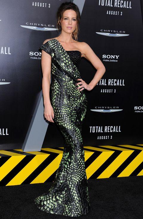 <p><strong>Kate Beckinsale</strong> lleva el print de pitón a un nivel superior con este vestido de palabra de honor de línea sirena con un detalle escultórico en la parte delantera y en la espalda. Es de la colección <strong>Spring 2012 de Armani Privé</strong>.</p>