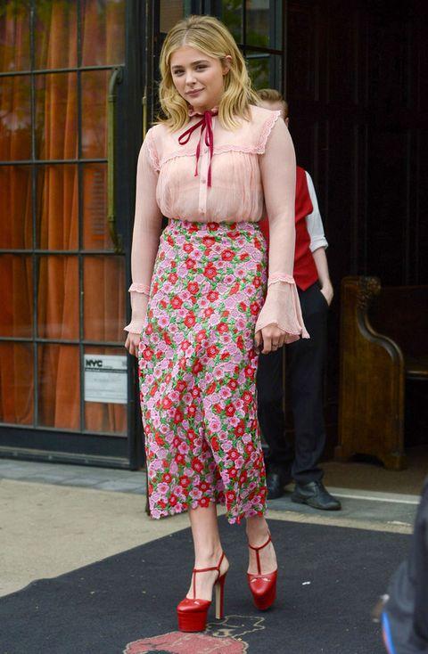 <p>Una camisa romántica con encaje, lazo rojo y mangas de campana combinada con una falda midi recta de flores bordadas en rojo, rosa y verde más zapatos con plataformas XL, definitivamente no es un gran estilismo <strong>Chloe Moretz</strong>.</p>