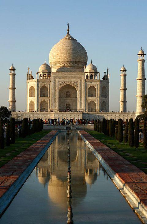 <p>Este complejo palaciego de la ciudad india de Agra fue levantado por amor: el emperador Shah Jahan lo construyó en honor a su esposa Mumtaz Mahal, que murió en el parto de su decimotercer hijo. ¿Algunas curiosidades sobre este imponente edificio? Su color depende de la hora del día por la refracción de la luz (es más rojizo al amanecer y dorado al anochecer) y su construcción llevó 22 años.</p>