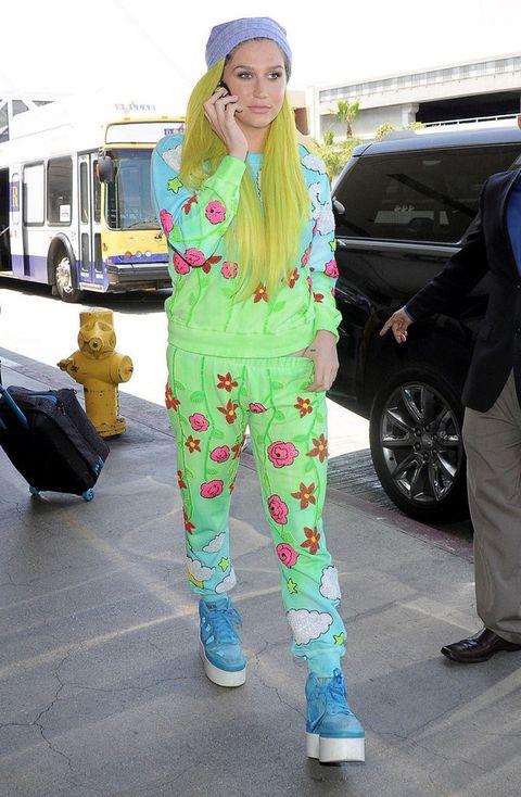 <p>Estamos seguros de que <strong>Kesha</strong> tenía algo mejor que ponerse en su armario que este chándal con estampado de nubes y flores en azul y verde. Las zapatillas de plataforma y el gorro de lana son el remate.</p><p>&nbsp&#x3B;</p>