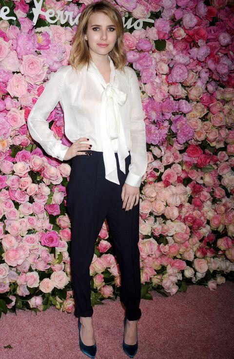 <p><strong>Emma Roberts</strong> luce una camisa con lazo al cuello y la combina con unos pantalones de talle alto en negro tipo harem y pumps de raso.</p>