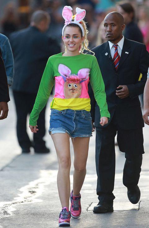 <p>Para salir del programa de televisión de Jimmy Kimmel<strong>Miley Cyrus</strong>pensó que la mejor opción era esta camiseta multicolor y unas orejas de conejo. Grave error.</p>
