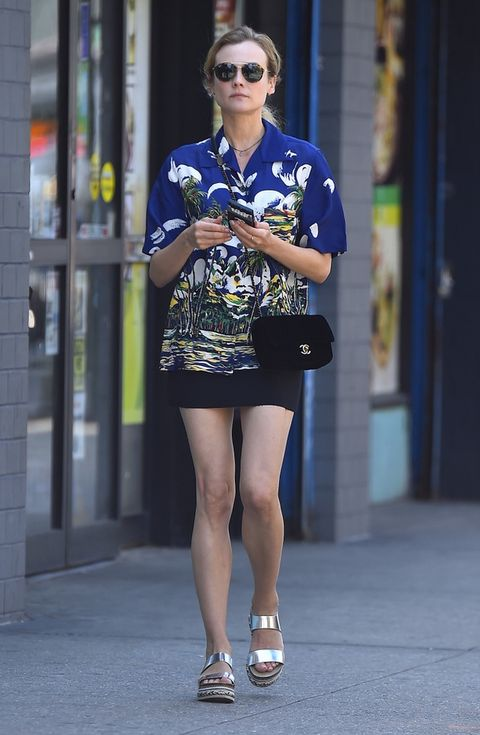 <p>Muy tropical la camisa que <strong>Diane Kruger</strong> combina con una minifalda negra, bolso de <strong>Chanel</strong> y plataformas metalizadas.</p>