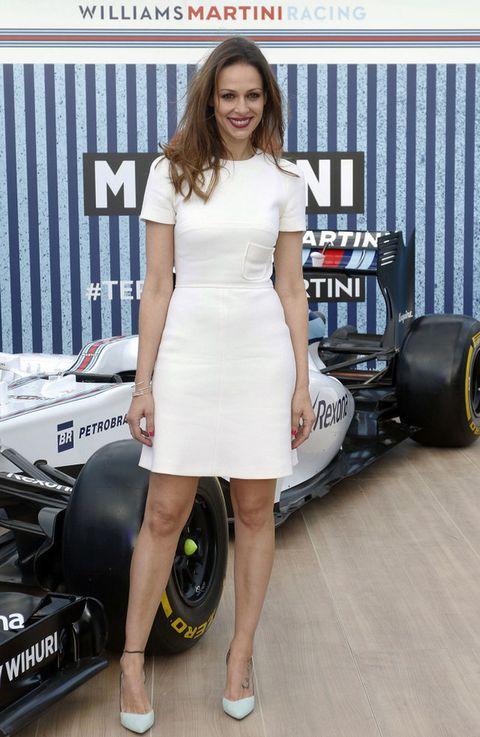 <p><strong>Eva González</strong> con un 'little white dress' de manga corta y salones en verde menta.</p>