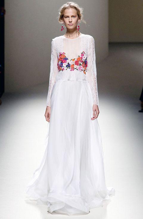 <p>No podemos dejar de imaginar a Olivia Palermo en un vestido así, minimalista, romántico y con detalles que lo hagan muy especial. Es de<strong>Alberta Ferretti.</strong></p>