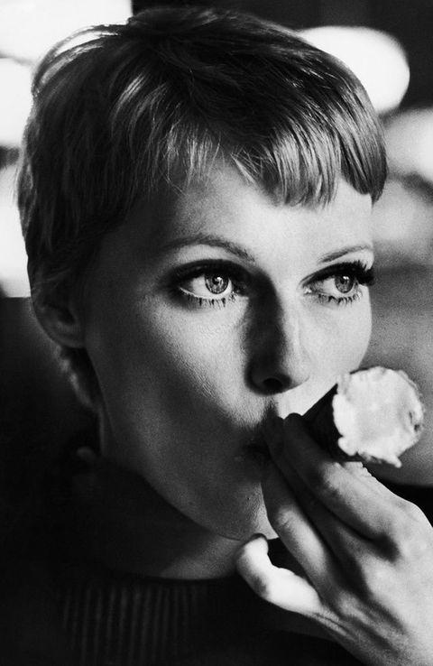 <p>Pero, sin duda, el auge de este corte de pelo llegó con ella: durante el rodaje de 'La Semilla del Diablo', <strong>Mia Farrow</strong> cortó su melena rubia y adoptó este look <i>boy</i>.</p>