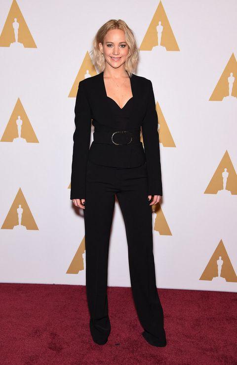 <p>Con un traje negro de <strong>Stella McCartney</strong> más collar de <strong>EF Collection</strong> vimos a la nominada <strong>Jennifer Lawrence</strong>.&nbsp;</p>
