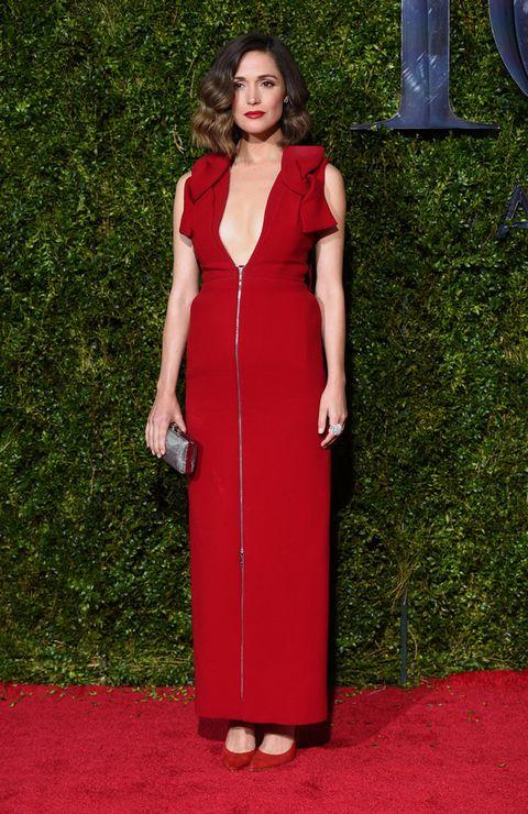 <p><strong>Rose Byrne</strong> deslumbró en los Premios Tony 2015 de rojo con este vestido con lazos y cremallera de <strong>Delpozo</strong>, salones también en rojo de<strong> Brian Atwood</strong>, clutch plateado de <strong>Oroton</strong> y joyas de<strong>Cartier</strong>. Perfecta de pies a cabeza.</p><p></p>