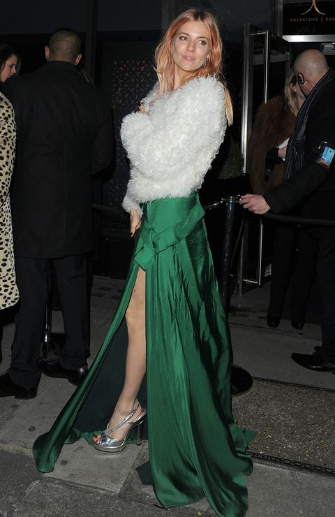 <p>La actriz acudió así de bella a la fiesta del 60 aniversario de la revista <i>Playboy,</i> luciendo pierna con un precioso vestido de seda verde botella y bolero blanco de pelo.</p>