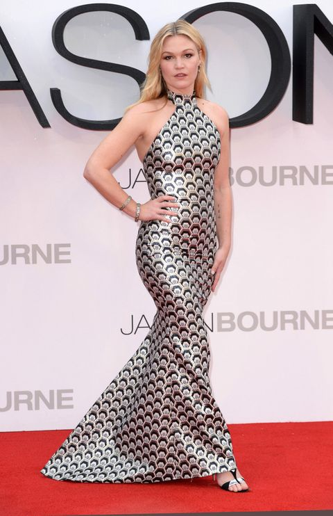 <p>Su compañera <strong>Julia Stiles</strong> no estuvo tan acertada con este vestido estampado también metalizado de <strong>Rubin Singer</strong> que no favorecía a su figura.&nbsp&#x3B;&nbsp&#x3B;</p>