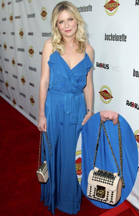 <p><strong>Kirsten Dunst</strong> demuestra que la clave de un outfit en muchas ocasiones está en los complementos. Para ejemplo, su bolso nude con cadena y tachuelas de <strong>Chloé</strong>.</p>
