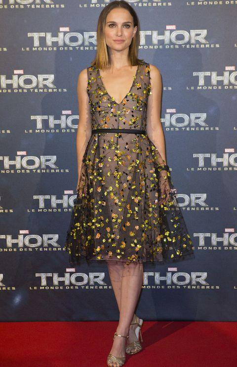 <p>Estaba en París para la premiere de la película 'Thor: The Dark World' y no podía faltar. <strong>Natalie Portman</strong> se convierte en la mejor vestida de la semana con este vestido de gasa en negro con flores aplicadas en naranja y amarillo de <strong>Christian Dior Primavera 2013</strong> y sandalias doradas de <strong>Charlotte Olympia</strong>. Perfecto también su media melena suelta y su maquillaje natural.</p><p></p>