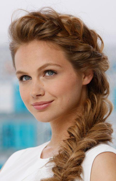 <p>1. Para crear la base perfecta de este peinado hay que empezar aplicando el Tratamiento Moroccanoil sobre el cabello seco de medias a &nbsp;puntas.</p><p>2. Todo lo que necesitas para crear la trenza de espiga es una goma elástica y un par de horquillas.</p><p>3. Comienza cepillando el cabello y poniéndolo todo a un lado.</p><p>4. Asegura la coleta lateral con una goma elástica.</p><p>5. Separa la coleta en dos secciones. Una vez que lo tengas separado en dos partes, coge un mechón de la parte de afuera y crúzalo con la parte opuesta.</p><p>6. Repite el mismo paso en la otra parte y continua trenzando. Recuerda mantener la trenza sujeta.</p><p>7. Cuando llegues al final de la trenza desliza la goma elástica de la coleta hasta abajo para asegurar la trenza.</p><p>8. Para añadir textura a la trenza, utiliza tus dedos y tira suavemente de los extremos y los pliegues de la trenza.</p><p>9. Después, utiliza una o dos horquillas para fijar el otro lado de la trenza.</p><p>10. Finalmente, pulveriza con un spray como por ejemplo la Laca Luminosa Moroccanoil para mantener el cabello en su sitio y aportar luminosidad.</p><p>Para un cambio creativo, puedes empezar con una trenza francesa a un lado antes de continuar con el paso 4 explicado anteriormente.</p>