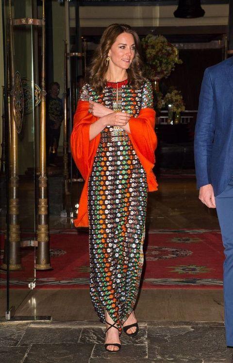 <p>Para su cena con los reyes de Bután Kate eligió este colorido maxivestido de flores bordadas firmado por la diseñadora <strong>Tory Burch</strong>.</p>