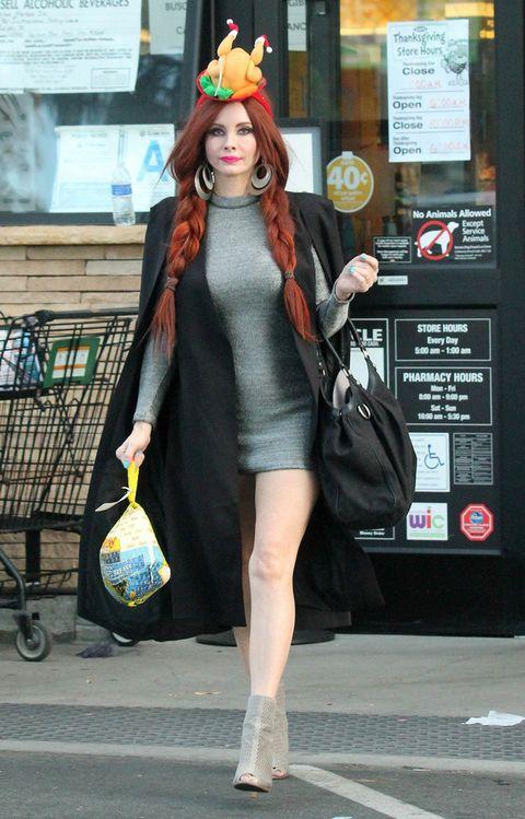<p>Este look de&nbsp;<strong>Phoebe Price</strong>&nbsp;en realidad es bastante discreto para su estilo habitual, pero el tocado con forma de pavo no tiene un pase aunque noviembre sea el mes en el que se celebra Acción de Gracias.&nbsp;</p>