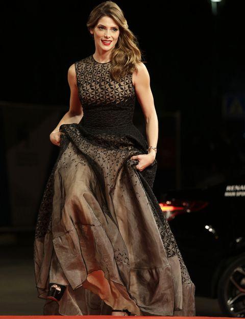 <p>La actriz <strong>Ashley Greene</strong> llegó a la alfombra roja de Venecia con un vestido estampado en negro y nude de <strong>Antonio Berardi</strong>. De 10 su melena ladeada y su make up con labios rojos.</p><p></p><p></p>