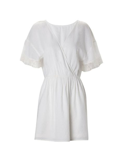 <p>Vestido de estilo kimono color blanco <strong>de Stradivarius,</strong> <strong>15,99 €.</strong></p>